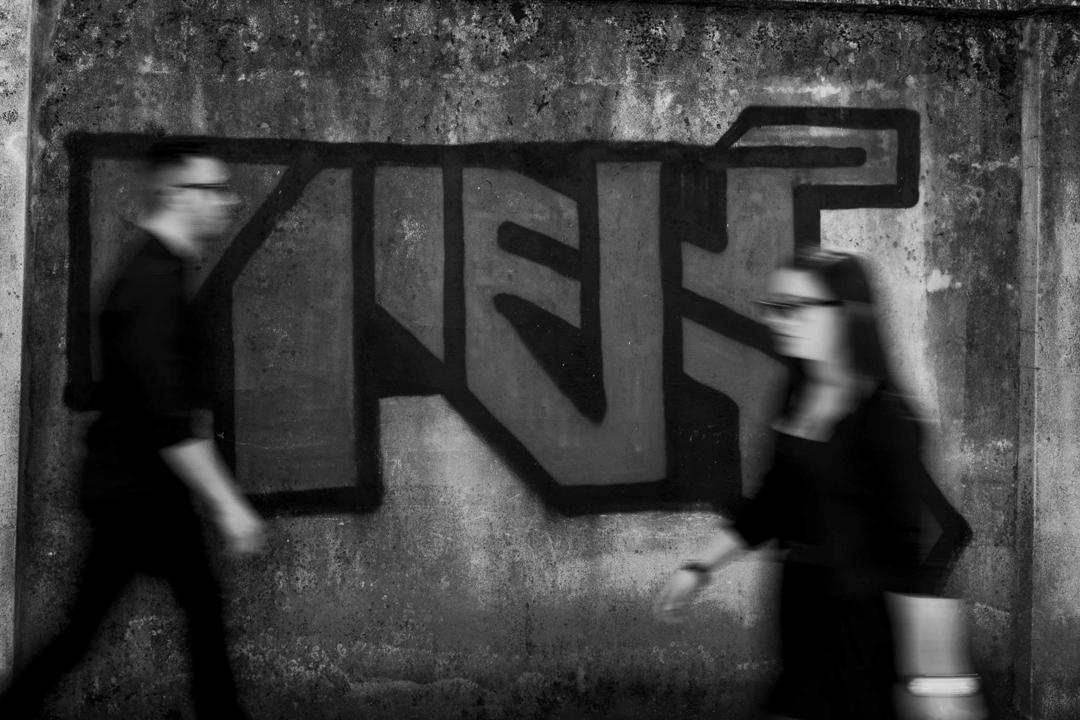 Due ragazzi camminano uno verso l'altro. Servizio fotografico di coppia SWP a Vicenza