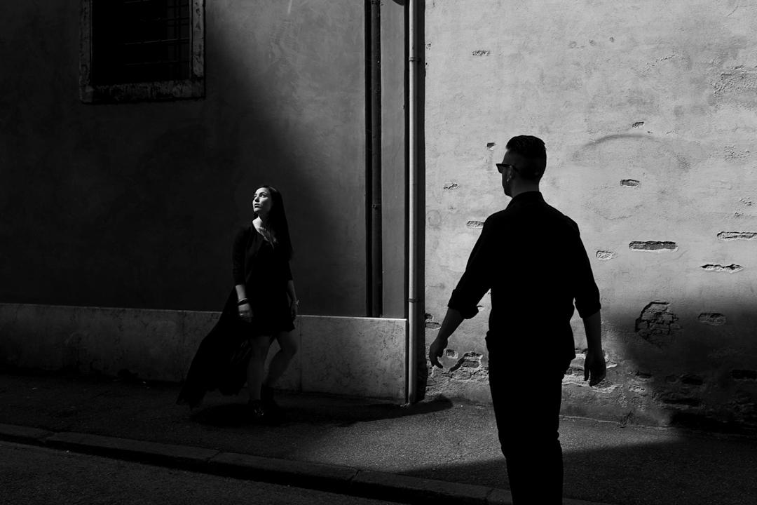 Il ragazzo di spalle, la ragazza inquadrata di fronte. Servizio fotografico di coppia SWP a Vicenza