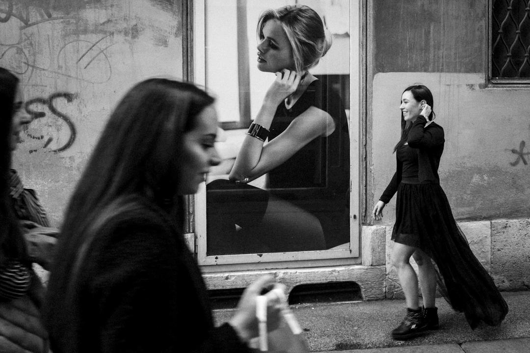 Foto sulla ragazza mentre cammina davanti una vetrina. Servizio fotografico di coppia SWP a Vicenza