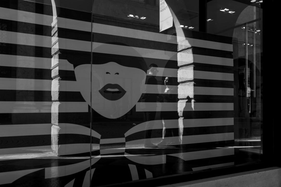 Riflesso della coppia su una vetrina di negozio. Servizio fotografico di coppia SWP a Vicenza