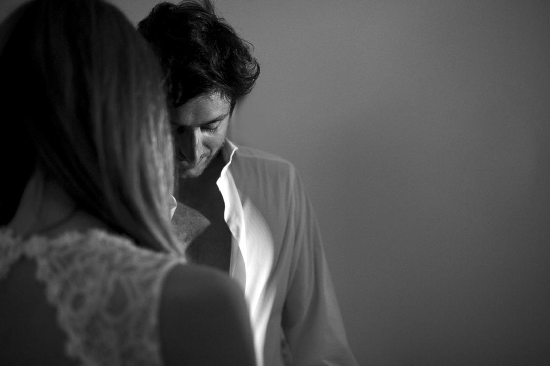 Promessa di matrimonio a Padova, foto su ragazzo con gioco di ombre. Servizio SWP.