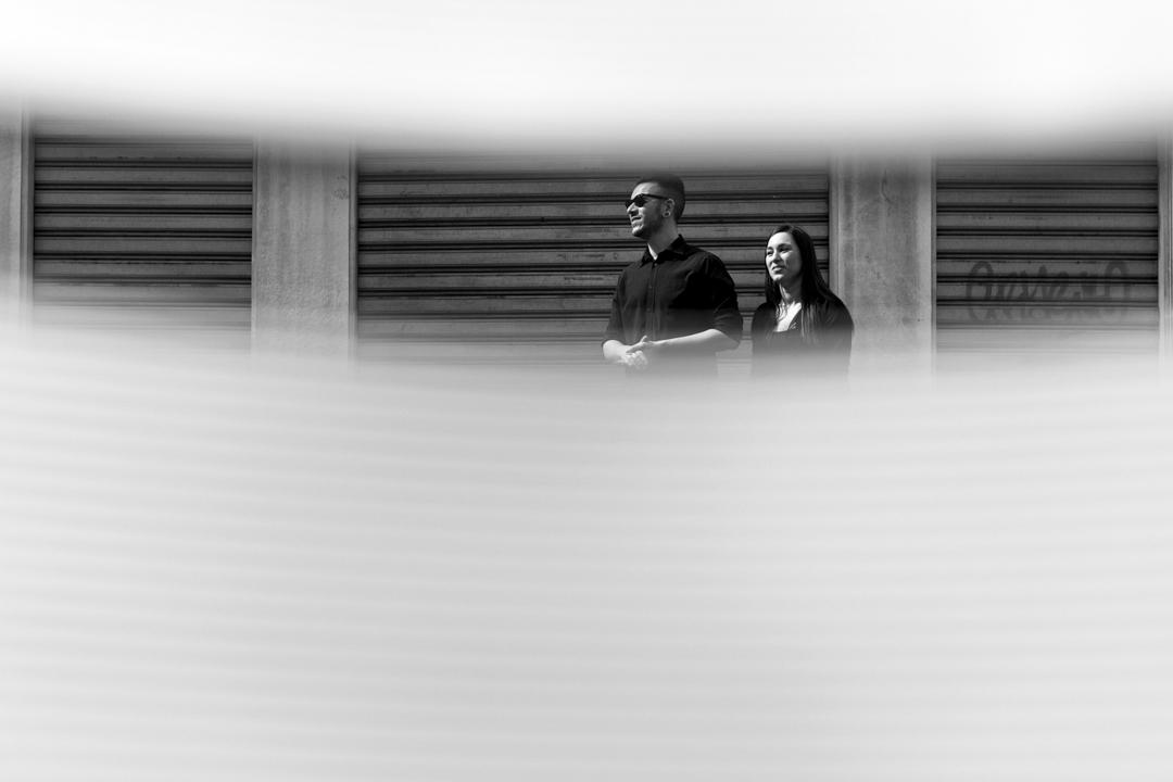 Foto alla coppia attraverso uno spiraglio. Servizio fotografico di coppia SWP a Vicenza