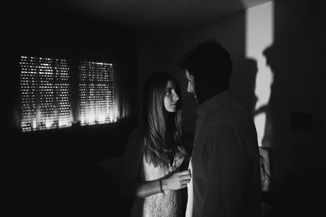 Foto di coppia in una stanza in penombra, promessa di matrimonio a Padova. Servizio fotografico SWP