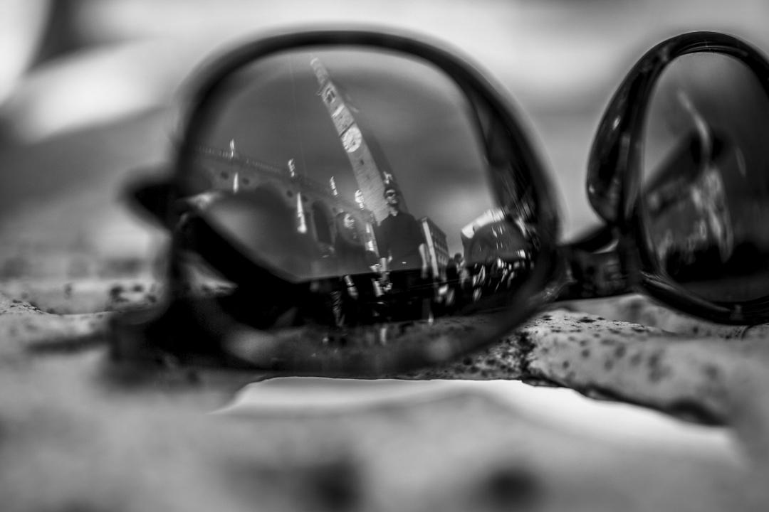 Foto su lenti di occhiali, con riflesso della coppia e campanile della cittaà. Servizio fotografico di coppia SWP a Vicenza
