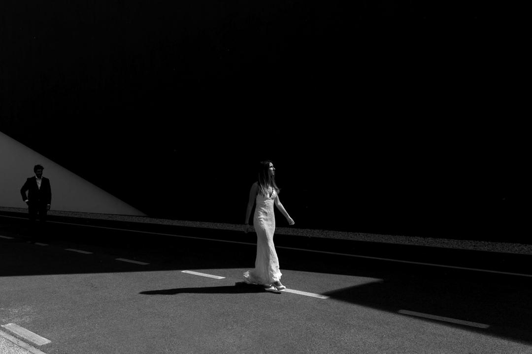Ragazza passeggia per strada, promessa di matrimonio a Padova. Servizio fotografico SWP