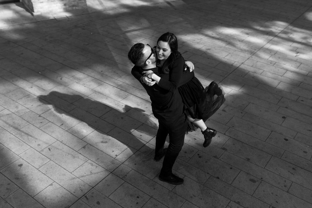 La coppia si abbraccia. Servizio fotografico di coppia SWP a Vicenza