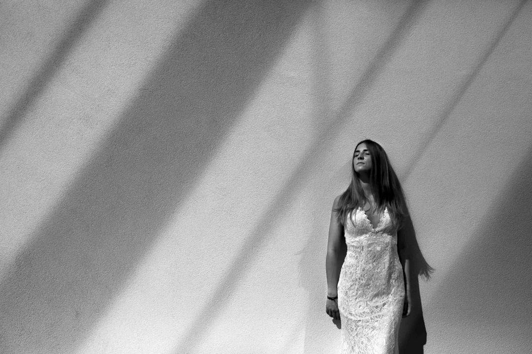 Promessa di matrimonio a Padova. Servizio SWP. Foto ragazza appoggiata ad un muro
