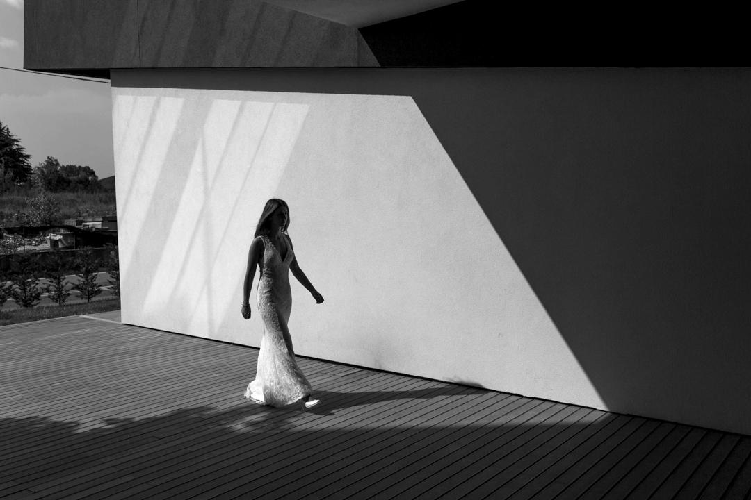 Foto ragazza cammina, promessa di matrimonio a Padova. Servizio fotografico SWP
