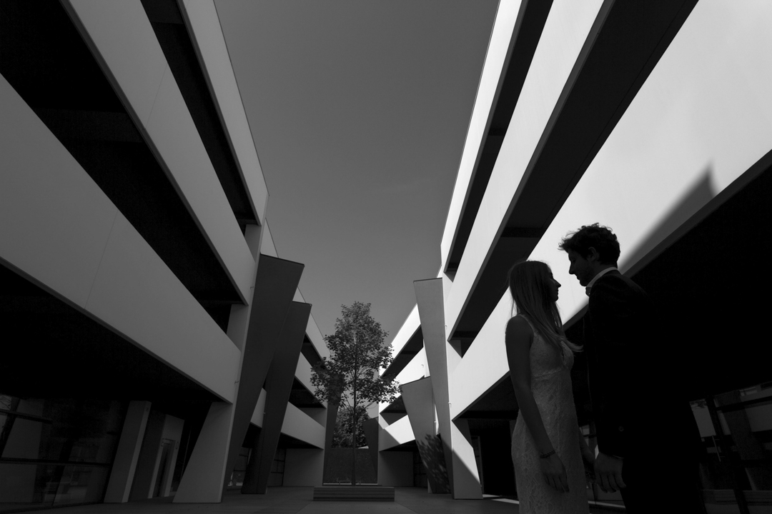 Foto coppia nell'interno palazzo Hasthtag 222, promessa di matrimonio a Padova. Servizio fotografico SWP