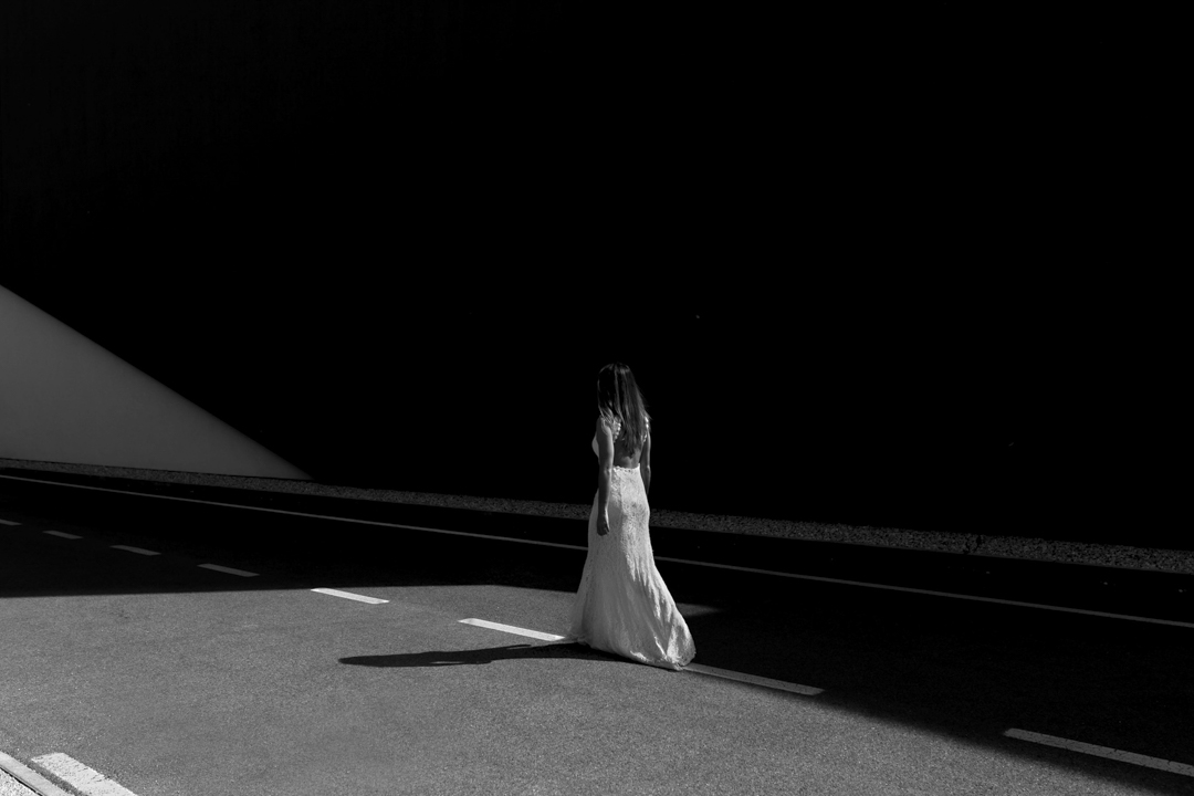 Foto ragazza cammina lungo la strada, promessa di matrimonio a Padova. Servizio fotografico SWP