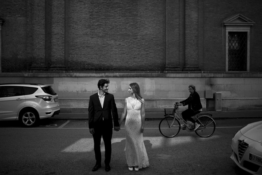 Promessa di matrimonio a Padova. Servizio SWP. Coppia mano nella mano in strada