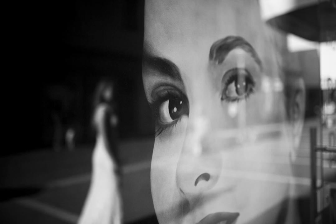 Immagine di una vetrina, promessa di matrimonio a Padova. Servizio fotografico SWP