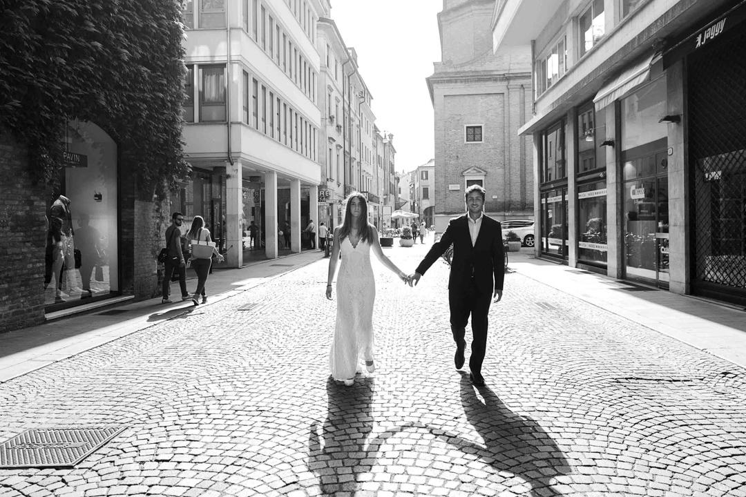 Coppia mano nella mano camminano per strada, promessa di matrimonio a Padova. Servizio fotografico SWP