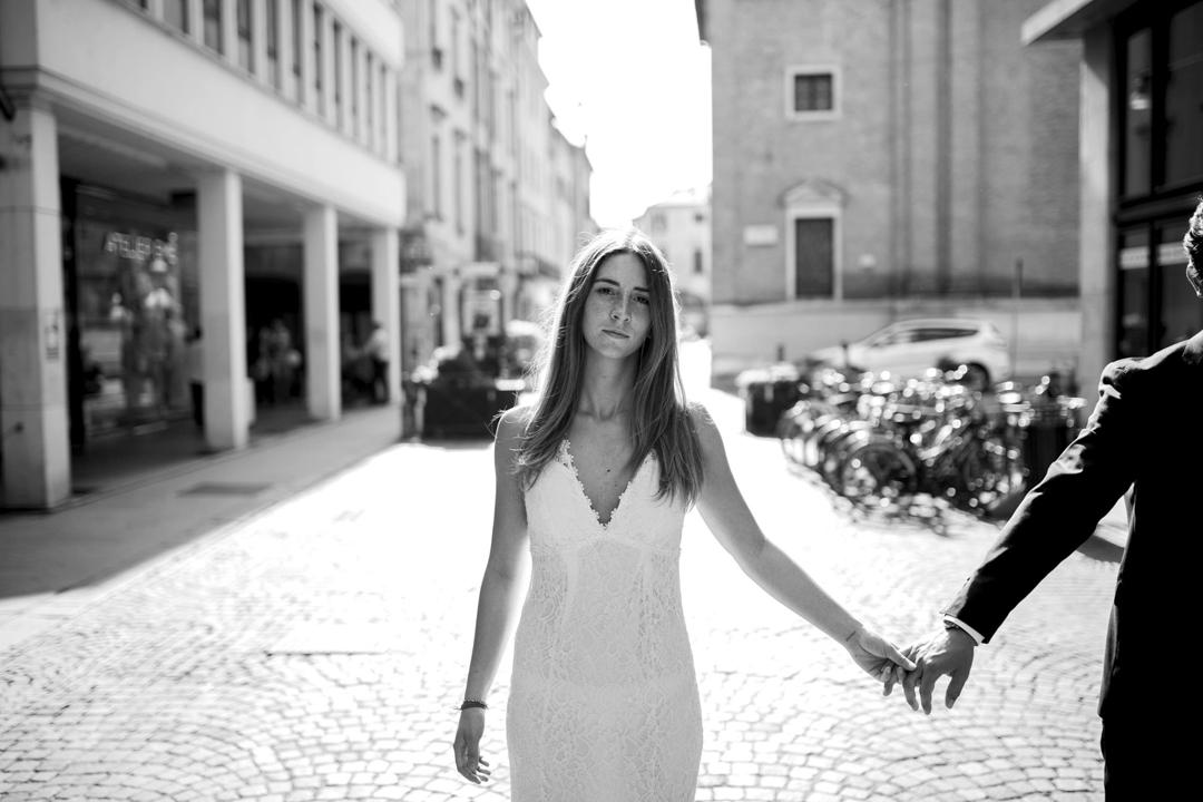 Promessa di matrimonio a Padova. Servizio SWP. Foto di figura intera ragazza