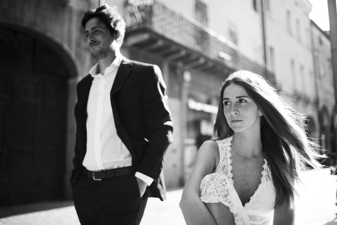 Foto coppia, uomo in piedi, promessa di matrimonio a Padova. Servizio fotografico SWP