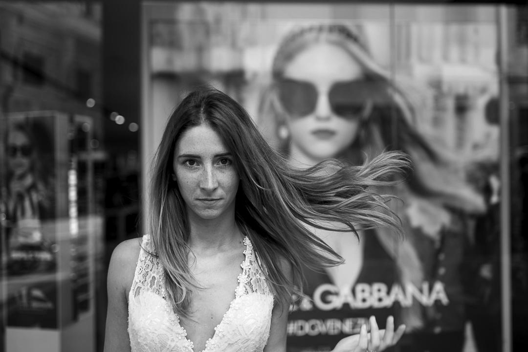 Promessa di matrimonio a Padova. Servizio SWP. Foto di primo piano ragazza davanti vetrina
