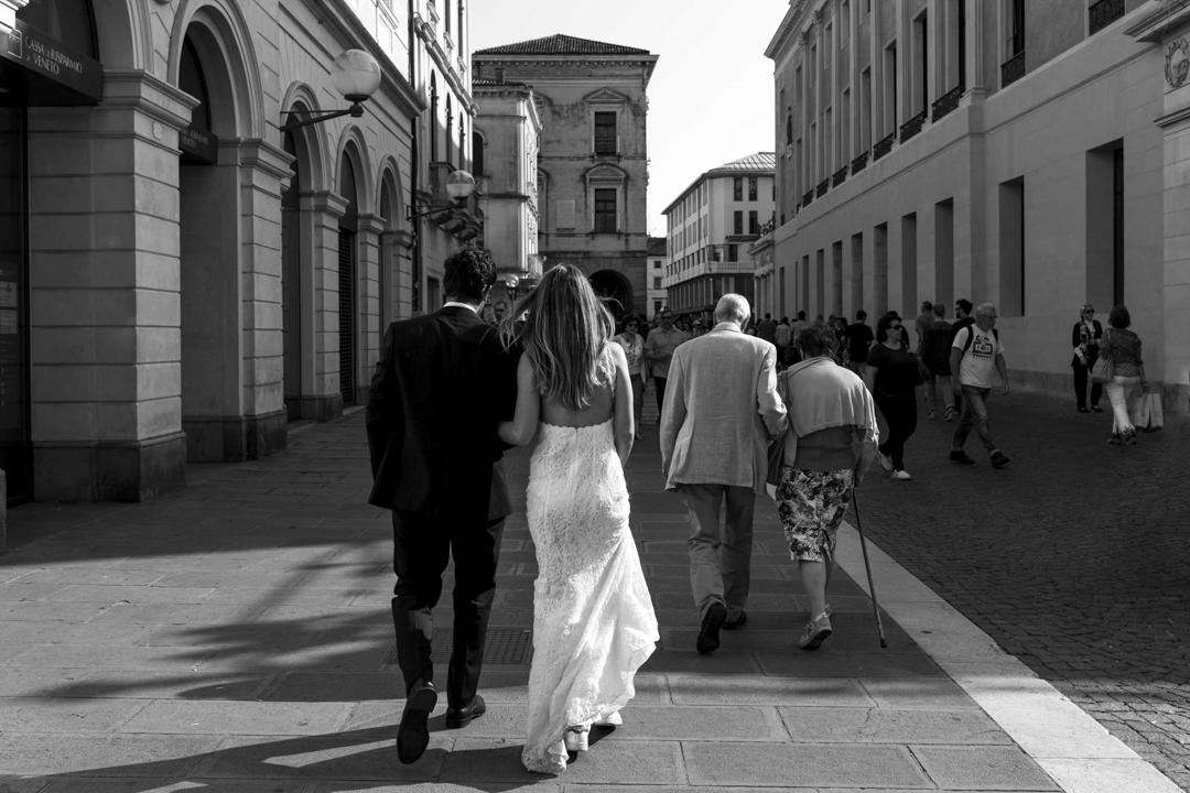 Promessa di matrimonio a Padova. Servizio SWP. Coppia di spalle, cammina per strada.