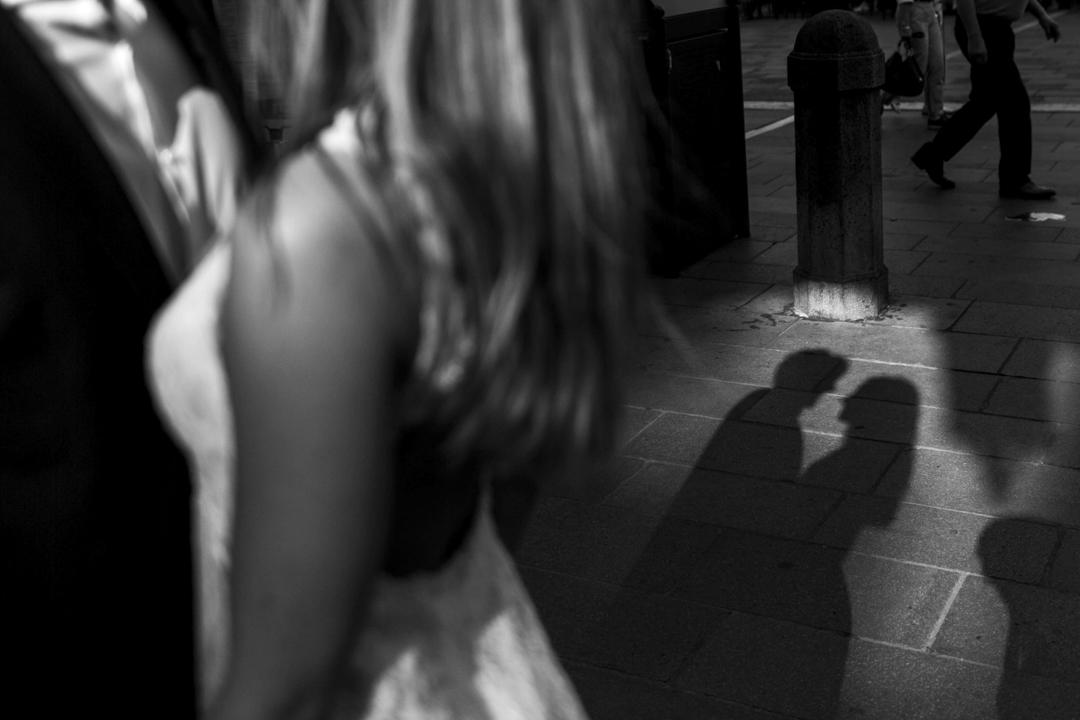 Promessa di matrimonio a Padova. Servizio SWP. Foto di coppia con ombra si riflette sul pavimento