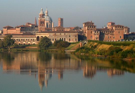 Mantova città della Lombardia, piccola perla che sembra galleggiare sulle acque del Mincio